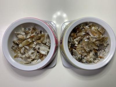 我が家の兄妹猫の朝食はネンブツダイとトウゴロウイワシを焼いたもの