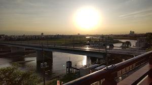 5/6 多摩川川上を臨む 傾いてきた陽、田園都市の線路も
