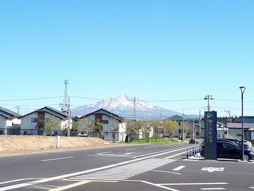 小/新庁舎駐車場から見る岩木山