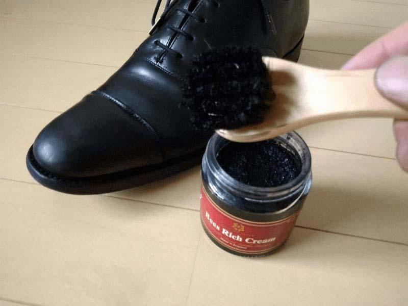 ダイソー100均靴磨きシュークリーム