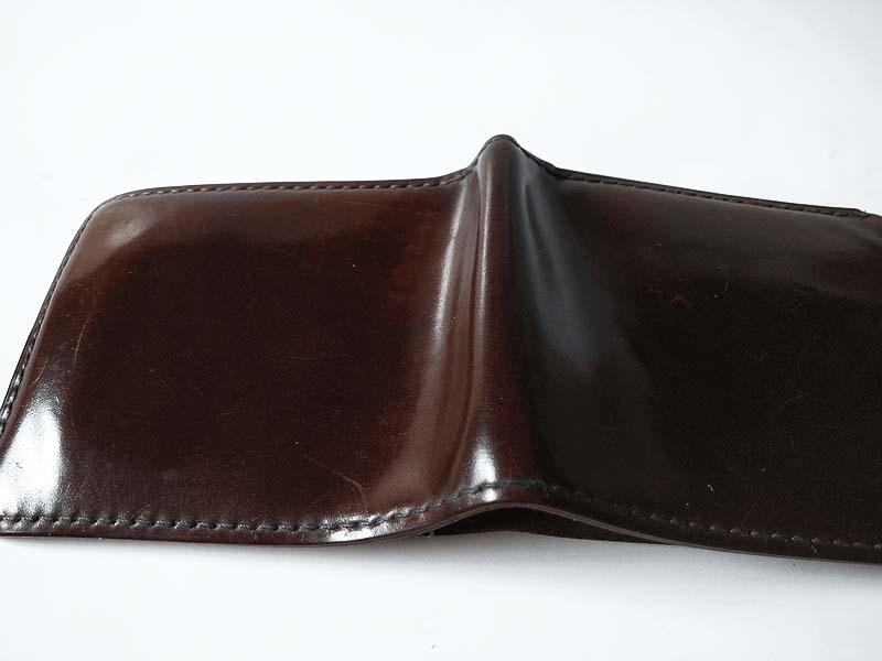 コードバンの財布の屈折部分