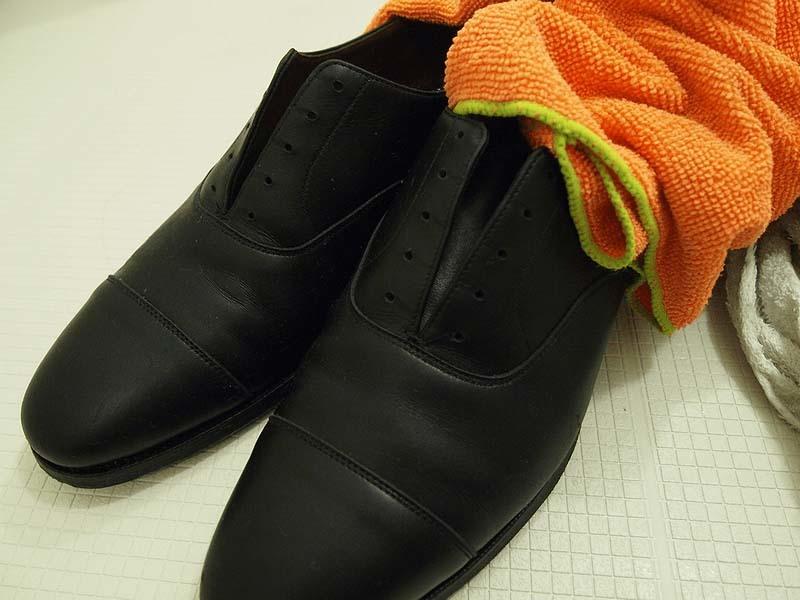 革靴の丸洗い_水分をしっかりと取り除く