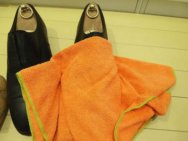 革靴の丸洗い_水分をしっかりと取り除く2