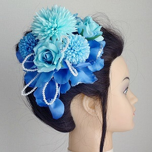 和装髪飾り・マムとブルーローズの花びらを重ね合わせたモダンスタイルです