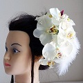 和装髪飾り・白と赤紫の胡蝶蘭にフェザーを右下に流したスタイリッシュな雰囲気です