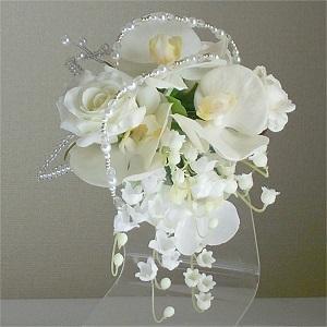 結婚式コサージュ・胡蝶蘭とローズとすずらんで蝶が舞っているよう
