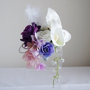 結婚式コサージュ・カラーと3種類のローズとフェザーでエレガントスタイル