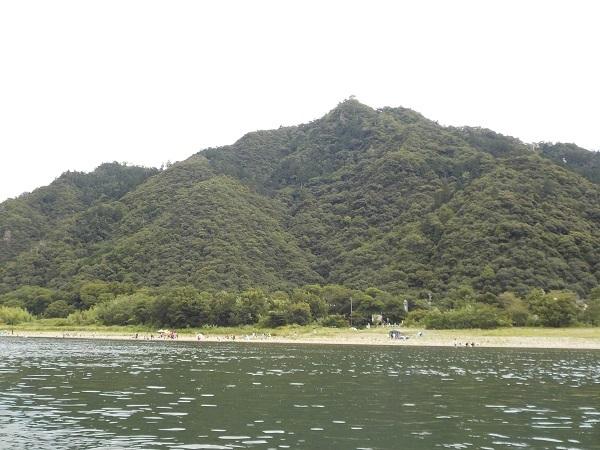 金華山下で泳ぐ人