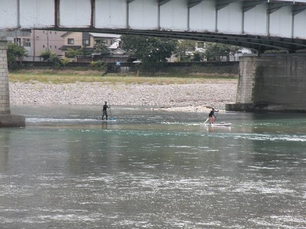 長良橋下を通過中