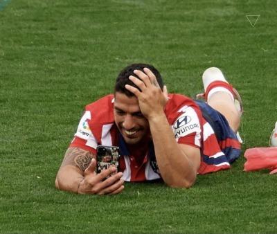 Suarez watching Rudiger doing that to Pogba