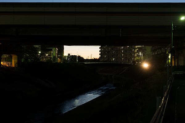 夕暮れの香流川沿い