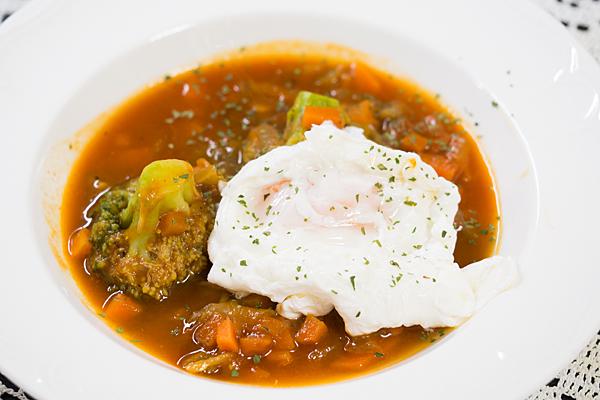 トマトスープとポーチドエッグ