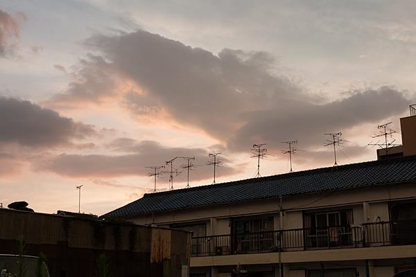 夕空とアパートのアンテナ