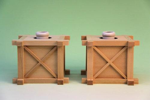 神道祭壇、祖霊舎、高級棚板のときには木製花台を使うことが多い