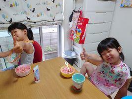 【写真】ポレポレ苺の削りイチゴを食べてグッドポーズをするかわいい姉妹