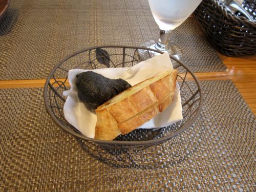 イカスミの揚げパンとバケット